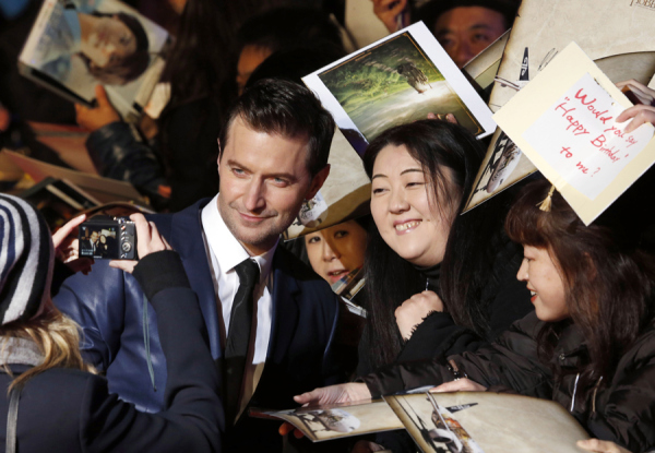 Richard Armitage poses for pics with Japanese fans