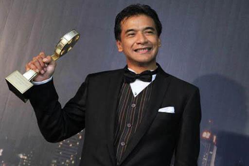 Actor Donny Damara accepting an award