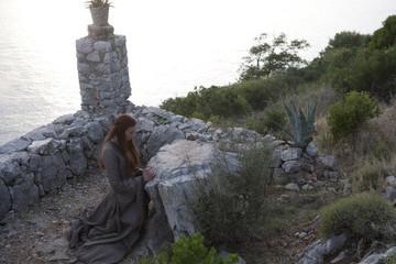 Sansa prays